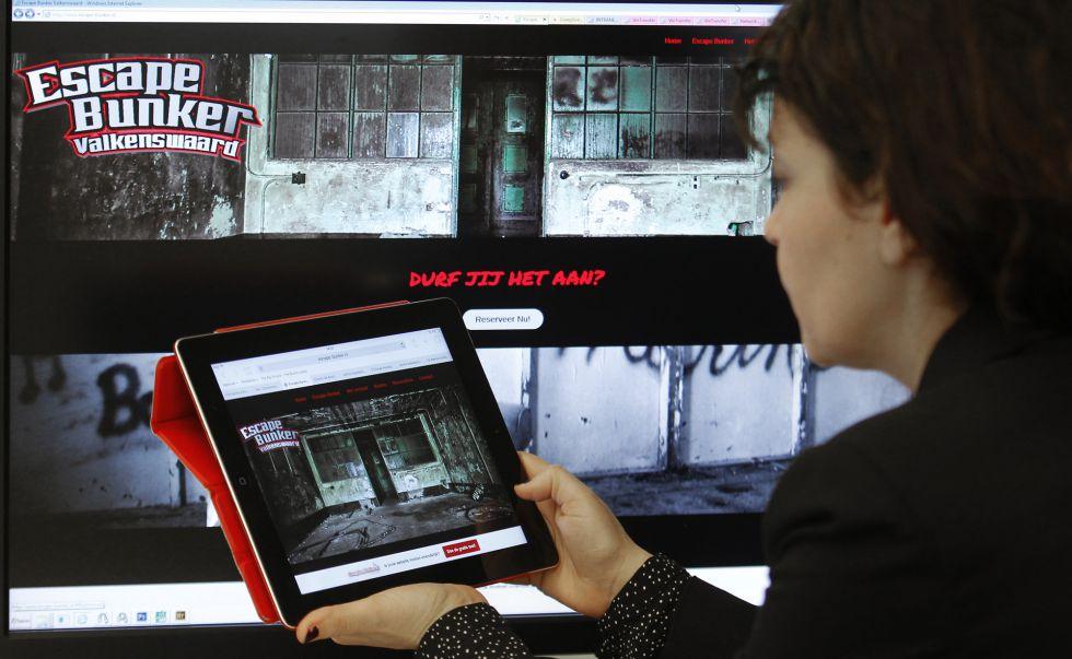 Una internauta visita la web de Escape Bunker.