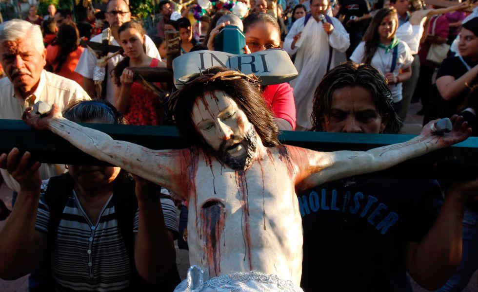 Fieles participan en la peregrinación y baño de Cristo, en México.