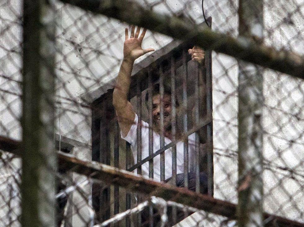 Leopoldo Lopez saluda a su familia desde su celda en una imagen del 15 de noviembre de 2014.