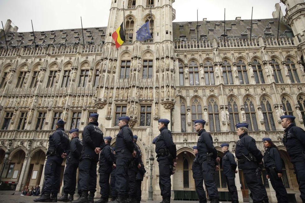 Banderas a media asta en la Grand Place de Bruselas, un día después de los atentados.