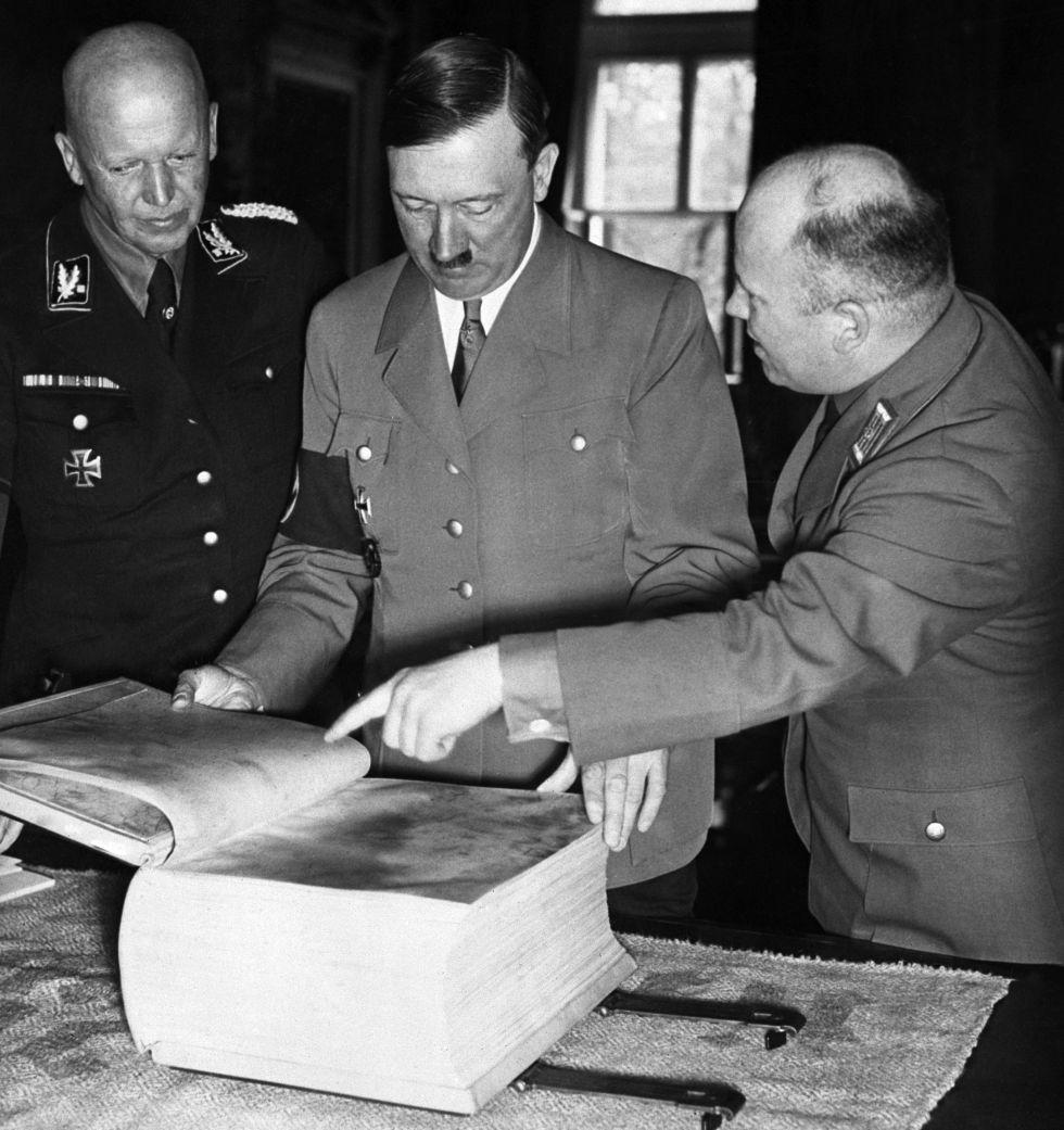 Adolf Hitler revisa una edición de 'Mein Kampf' en una fotografía sin datar.