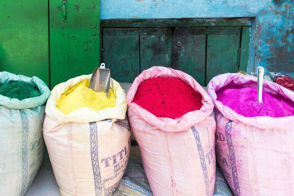 Bolsas llenas de polvos de colores preparadas para el festival Holi.