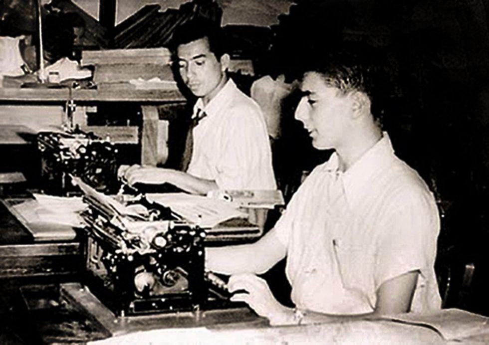 Mario Vargas Llosa (derecha) a los 16 años, en su primer trabajo como periodista.