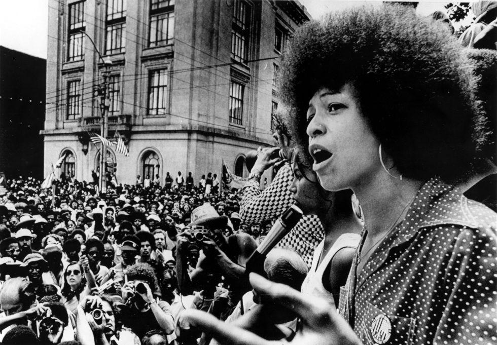 Angela Davis lidera una protesta contra el racismo en Raleigh en 1974.