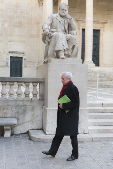Vargas Llosa pasa delante de la estatua de Victor Hugo en París.