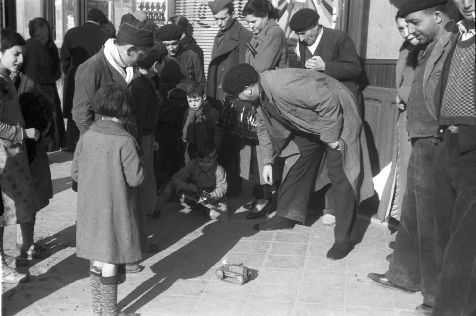 Puesto de reparto de juguetes para los niños en el Madrid republicano el día de Reyes de 1937.