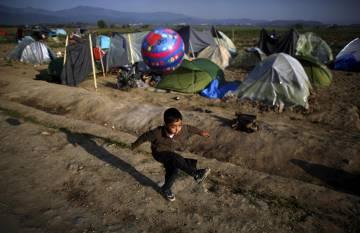 Un niño juega en el campo de refugiados de Idomeni.