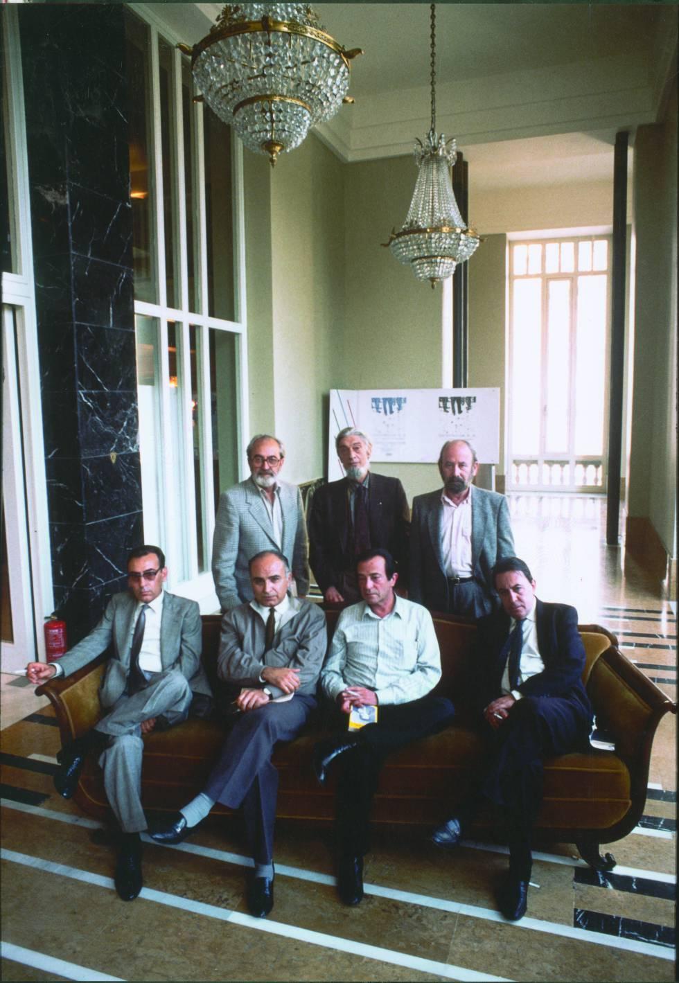 De pie, Ángel González, Carlos Barral, J. M. Caballero Bonald. Sentados, Carlos Sahagún, Francisco Brines, José A. Goytisolo y Claudio Rodríguez, en Oviedo en 1987.