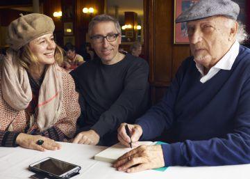 De izquierda a derecha, Emma Suárez, David Trueba y Manuel Vicent, la semana pasada en el café Gijón.