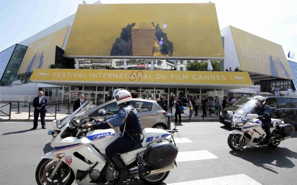 Dos policías patrullan frente al Palacio del Festival de Cannes, este martes.