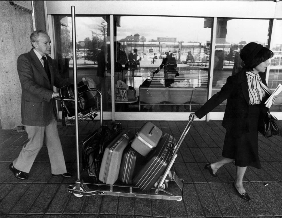 El escritor mexicano Juan Rulfo a su llegada al aeropuerto de Madrid Barajas en 1985.