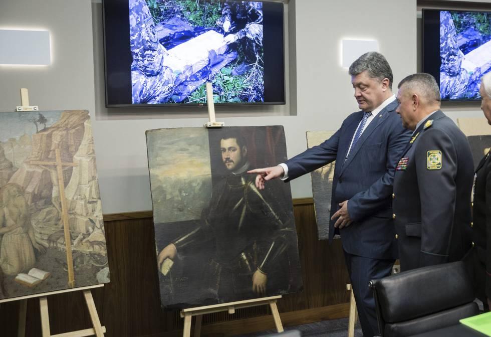 El presidente ucranio Petro Poroshenko observa las pinturas recuperadas, en Kiev, el pasado 11 de mayo.