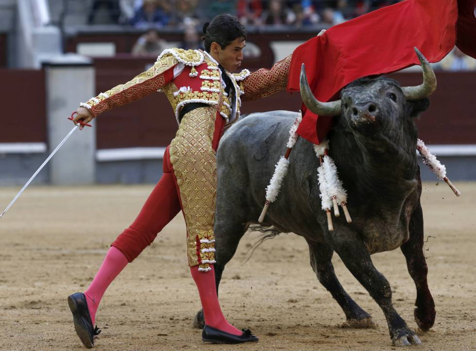 El mexicano Diego Silveti, en su primer toro de la novena corrida de la feria de San Isidro, hoy sábado en Las Ventas.