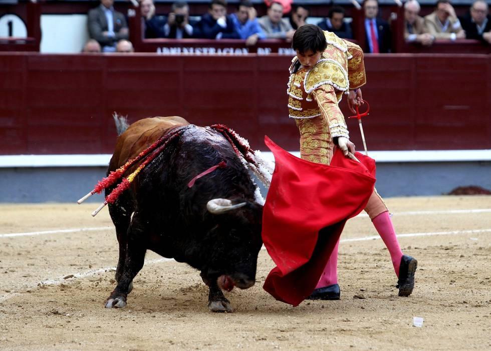 Roca Rey con su primer toro.
