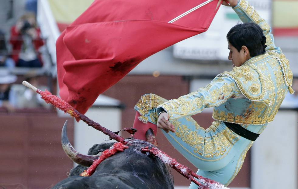El novillero Luis David Adame sufrió una cogida en Las Ventas en su primer toro.