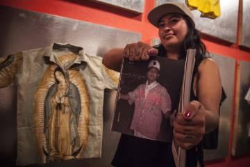 Las camisas con la Virgen de Guadalupe, en la exposición.