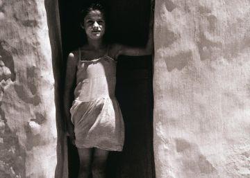 'La niña Blanca', fotografía de Carlos Pérez Siquier en La Chanca (Almería) de 1957.