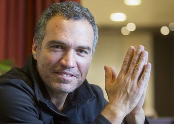 El cineasta peruano Salvador del Solar durante la entrevista.