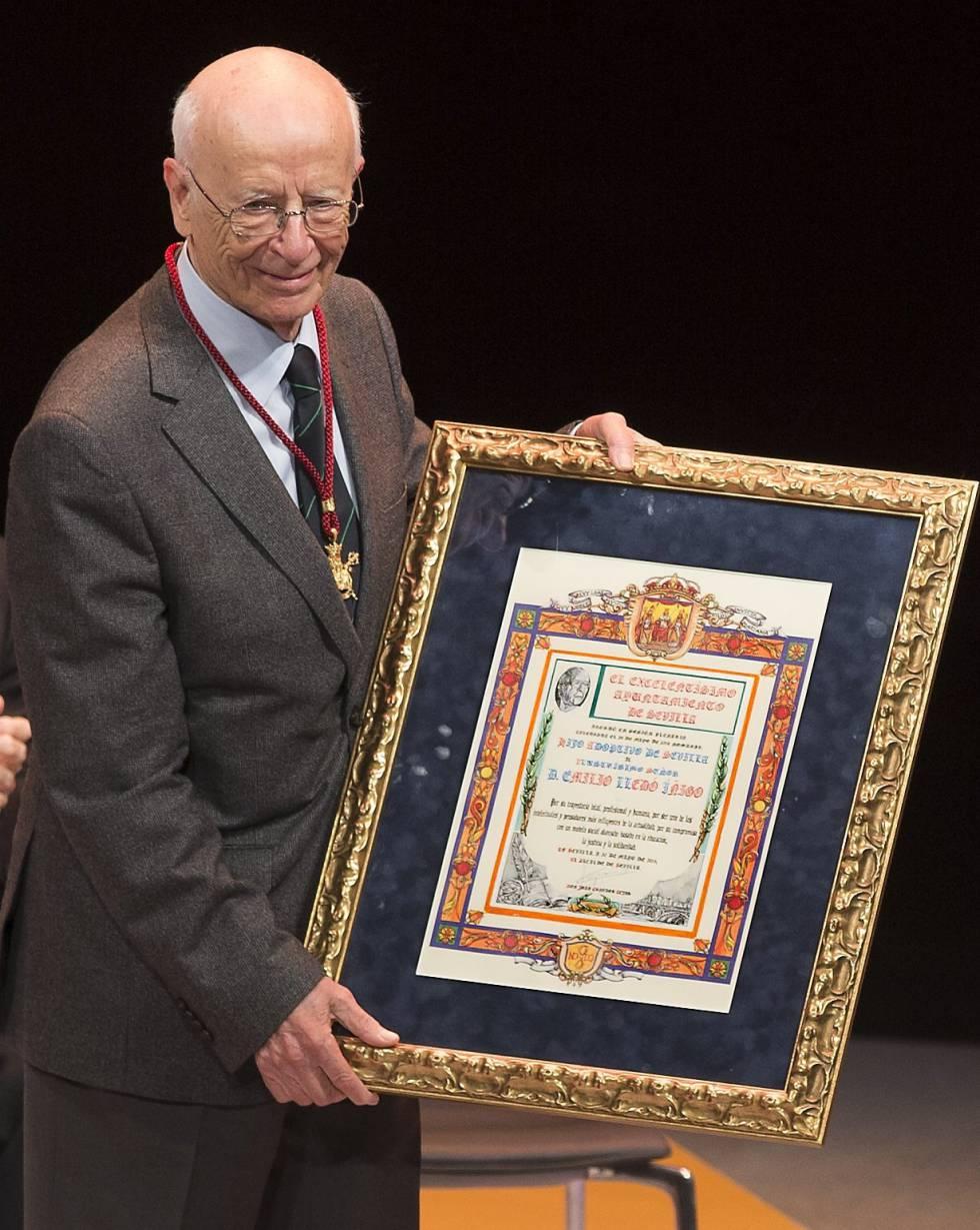 Lledó, tras ser distinguido con la medalla de Hijo Predilecto de Sevilla.