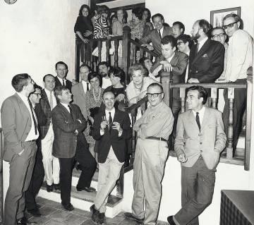 Fernando Zóbel, cruzado de brazos, rodeado de artistas (1966).