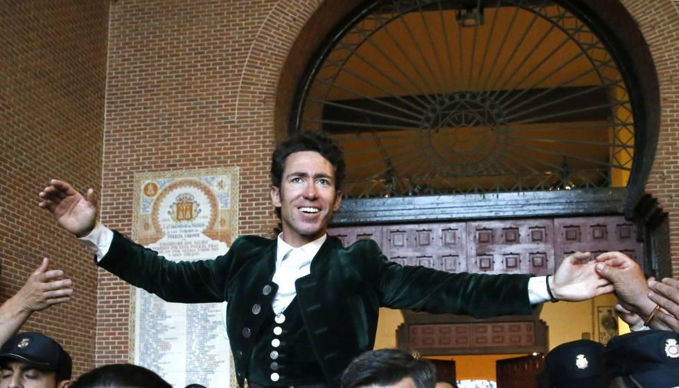 El rejoneador Leonardo Hernández, a su salida a hombros de la monumental de Las Ventas.