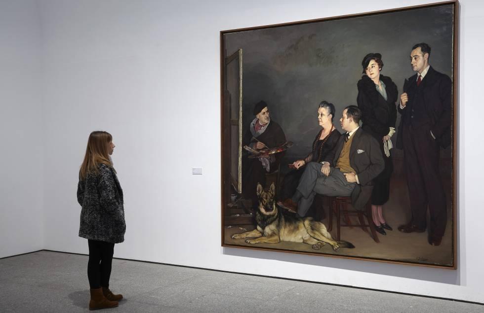 Una visitante observa Mi familia, de Ignacio Zuloaga, en el Museo Reina Sofía.