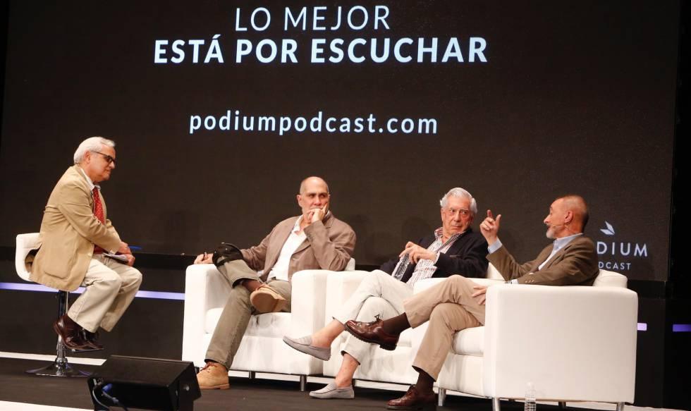 De izquierda a derecha, Juan Cruz, Guillermo Arriaga, Vargas Llosa y Pérez-Reverte.