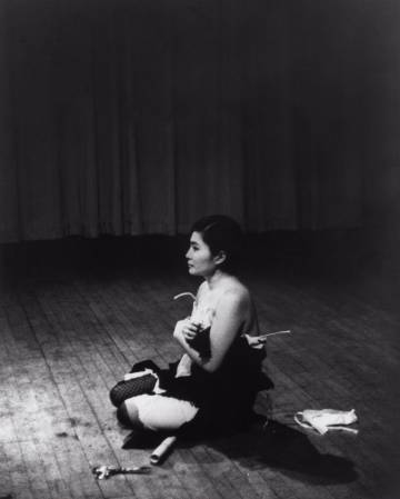 Yoko Ono interpreta 'Cut Piece' (1964).