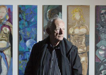 Håkon Bleken junto a su obra.