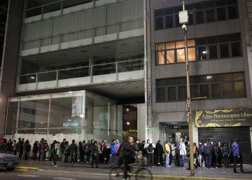 Lectores hacen fila hasta altas horas de la noche para comprar saldos.