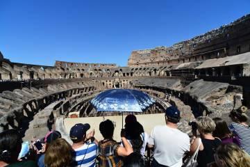 Turistas visitando el Coliseo.