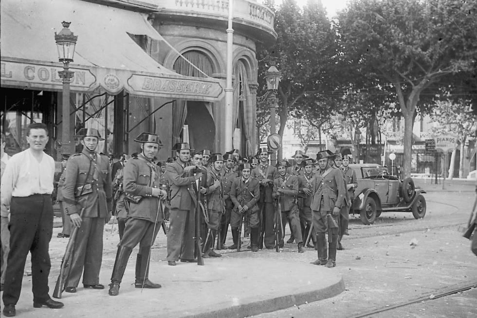Guardias civiles leales a la República, en la barcelonesa plaza de Cataluña, después de que las tropas leales apresasen a los jefes de los sublevados.