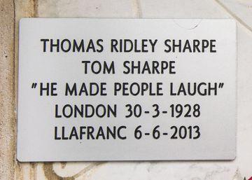El rocambolesco segundo entierro de Tom Sharpe