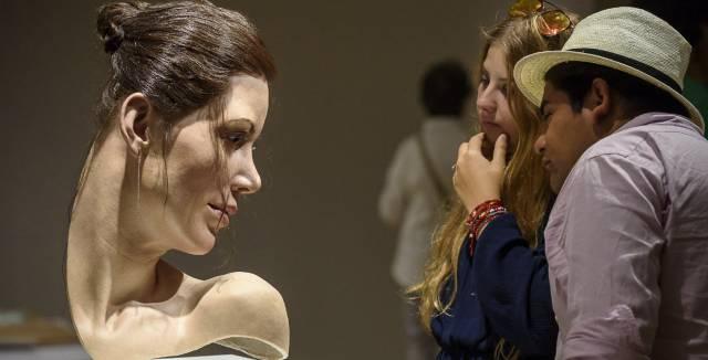Unos visitantes observan la obra 'Lily', de Jamie Salmon, que se expone en el Museo Bellas Artes de Bilbao.