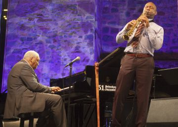 El pianista Ellis Marsalis y su hijo Branford Marsalis anoche en el Jazzaldia de San Sebastián.