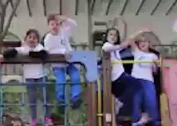 Un grupo de niños emociona a Gloria Gaynor al cantar 'I will survive' en favor de la enseñanza pública