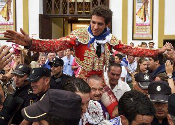 El torero Ginés Marín sale por la puerta grande tras la corrida celebrada en la plaza de Cuatro Caminos de Santander.