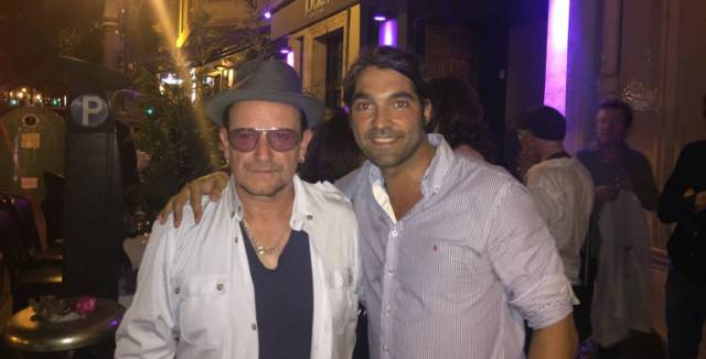 Bono posa junto a David Núñez, uno de los dos socios del restaurante Jockey.