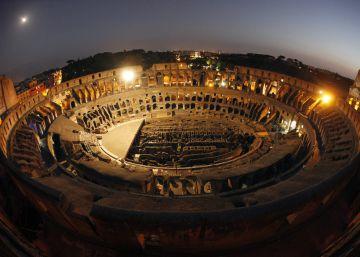 Dos jóvenes burlan la seguridad del Coliseo y se graban escalándolo