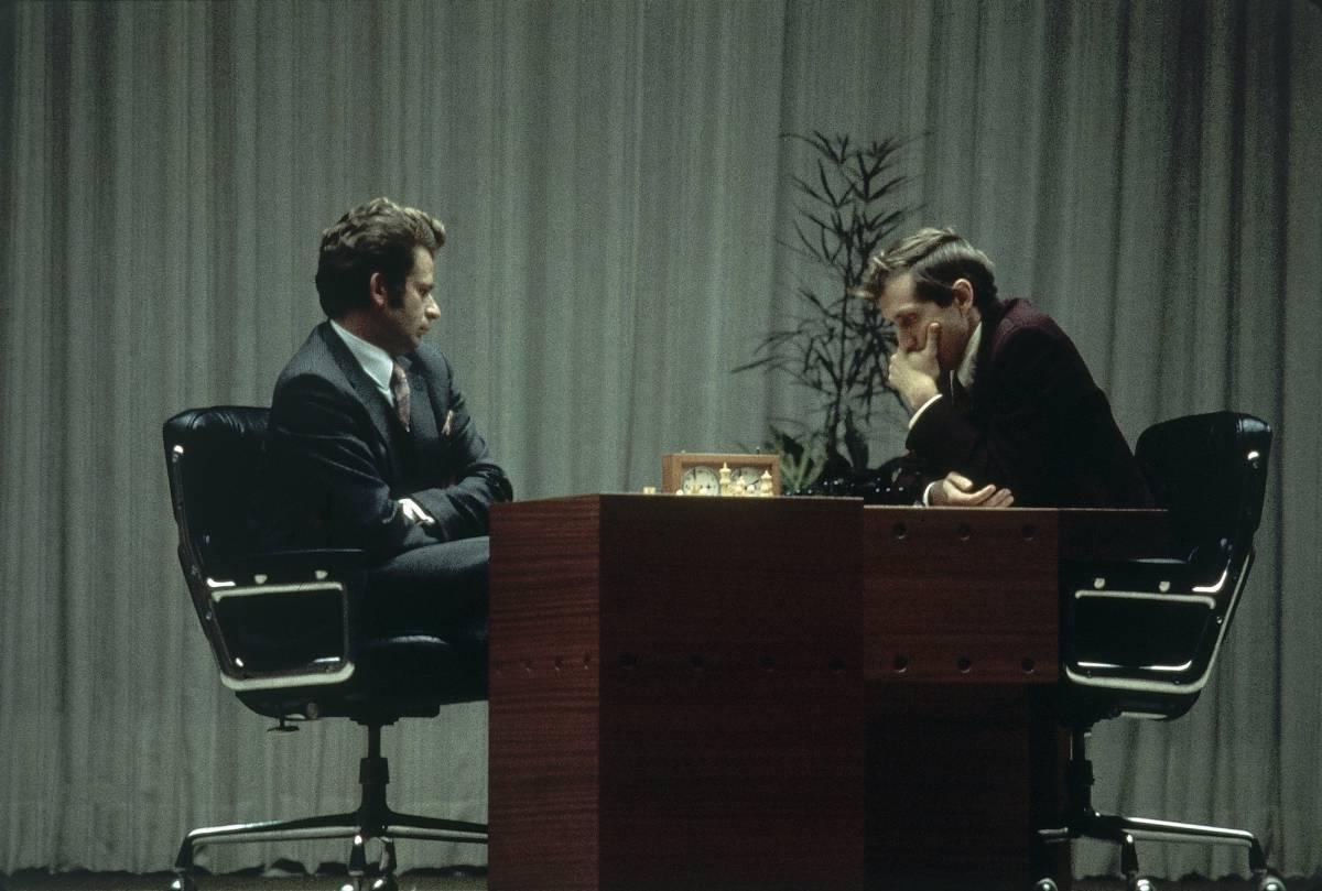 Bobby Fischer (dcha.), y Boris Spassky en su último juego juntos, en Reikiavik (Islandia), en 1972. rn rn