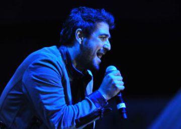 Antonio Orozco se fractura el tobillo durante un concierto y sigue cantando