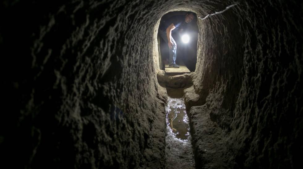 El empresario German Garbarino, en unas cloacas romanas del siglo III antes de nuestra era, en Cádiz.