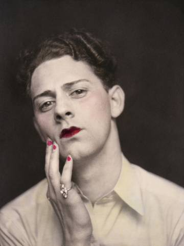 Hombre maquillado en una imagen de fotomatón en Estados Unidos, 1920.