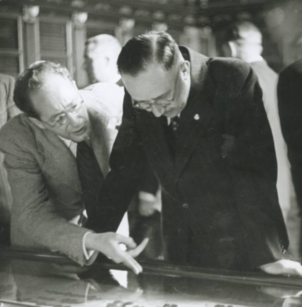 El arqueólogo español Julio Martínez Santa-Olalla y el dirigente nazi Heinrich Himmler analizan la colección visigoda del Museo Arqueológico Nacional, en Madrid, en octubre de 1940