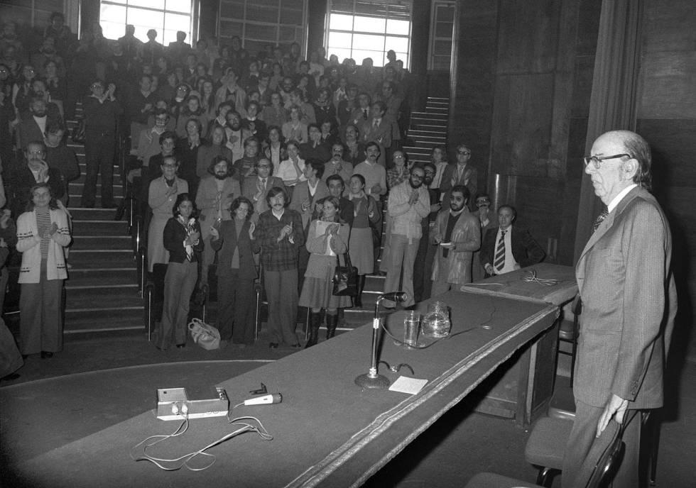 Aranguren, en la Facultad de Filosofía y Letras el 18 de octubre de 1976, el día que se reincorporó a su cátedra tras 11 años de suspensión.