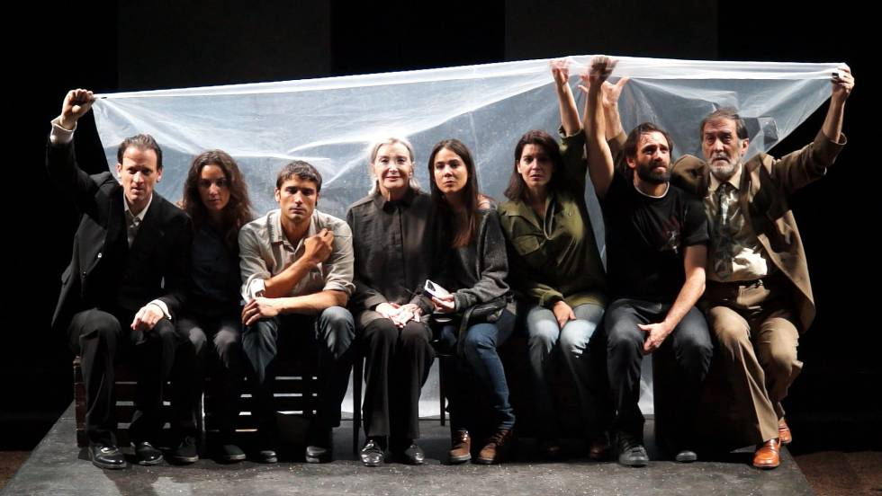 De izquierda a derecha, Edu Soto, Lucía Barrado, Álex García, Nuria Espert, Carlota Olcina, Laia Marull, Alberto Iglesias y Ramón Barea, intérpretes de 'Incendios', que dirige Mario Gas.