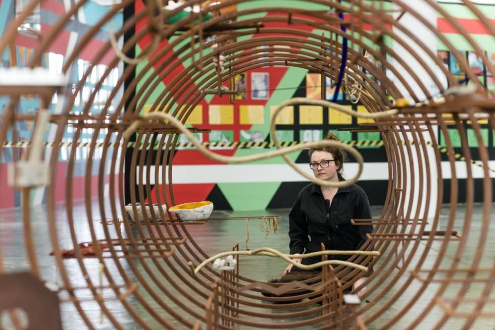 La artista Iza Tarasewicz durante el montaje de la Bienal de São Paulo.
