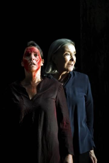 Las actrices Laia Marull y Nuria Espert en 'Incendios'.