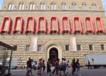 Ai Weiwei cuelga lanchas del Palazzo Strozzi