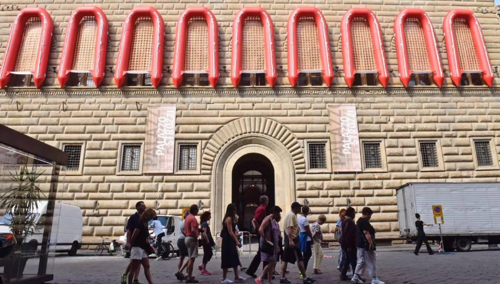 Lanchas salvavidas son expuestas en las ventanas de la fachada del Palazzo Strozzi para la exposición 'Ai Weiwei. Libero'.